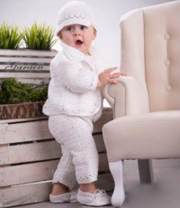Biały komplecik dla Chłopca wykonany w całości ręcznie na szydełku