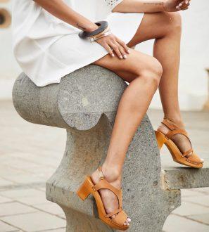 Skórzane sandałki na drewnianym słupku